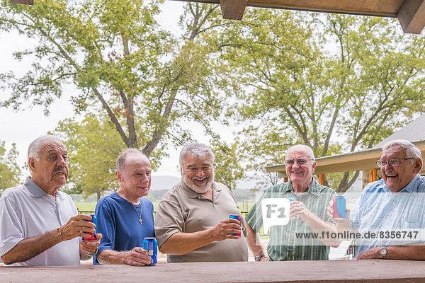 USA  Texas  Senior Männer an der Bar stehend  Bier trinkend