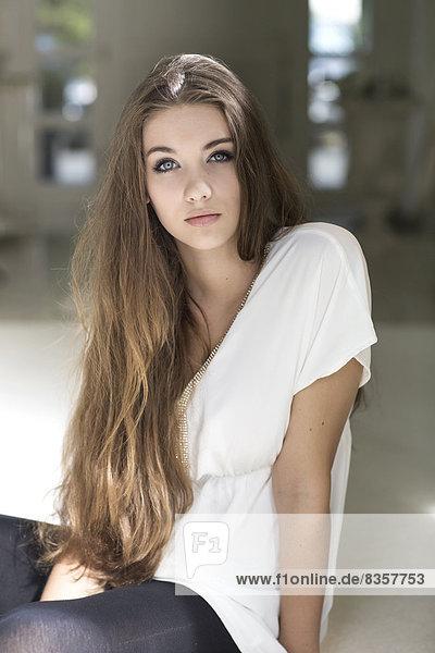 Porträt einer ernsthaft aussehenden Teenagerin