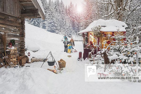 Österreich  Altenmarkt  Familie auf dem Weihnachtsmarkt