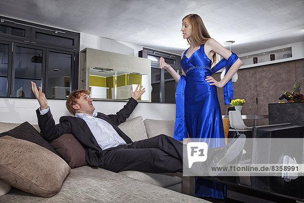 Paar mit Streit im Wohnzimmer