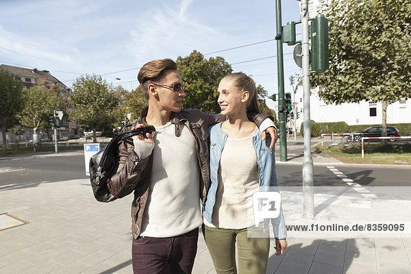 Junges Paar beim Einkaufen  Nahaufnahme
