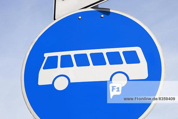 Verkehrsschild mit Bus