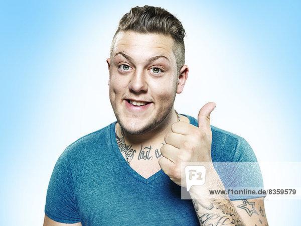 Porträt eines glücklichen jungen Mannes mit Aufschlag  Studioaufnahme