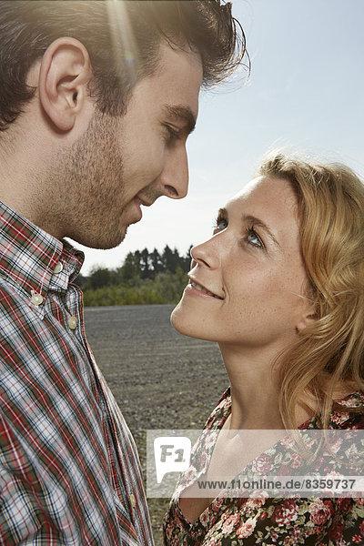 Deutschland  Düsseldorf  Junges Paar schaut sich an