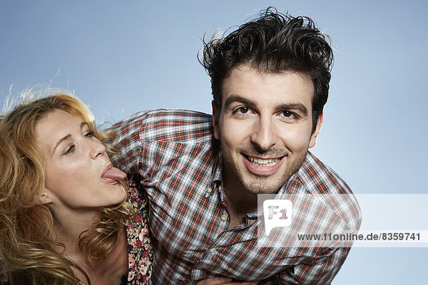 Junges Paar  Frau  die die Zunge herausstreckt