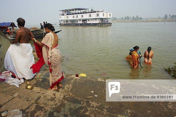 baden  Boot  Fluss  Asien  Indien  Ritual  Westbengalen