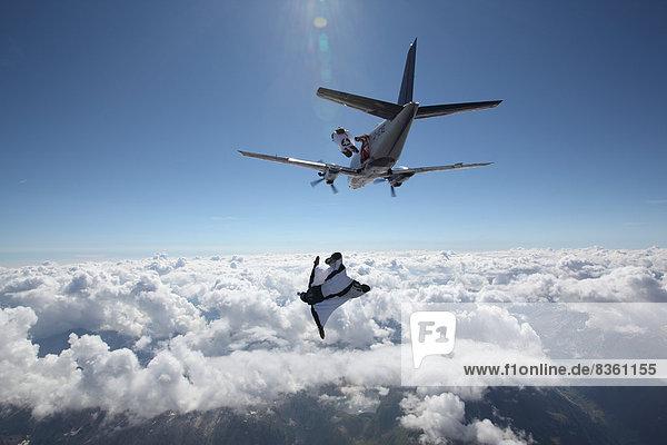 Fallschirmspringer mit Wingsuit  Ambri  Tessin  Schweiz  Europa Fallschirmspringer mit Wingsuit, Ambri, Tessin, Schweiz, Europa