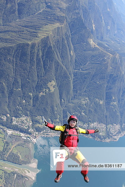 Fallschirmspringer im Freifall  Locarno  Tessin  Schweiz  Europa
