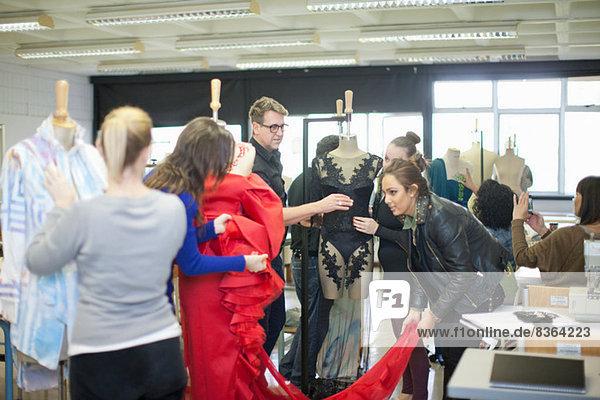 Modedesign-Lehrer und Schüler in der Klasse