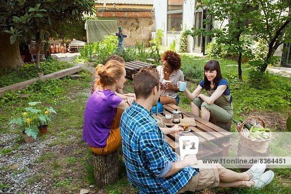 Freunde sitzen im Garten