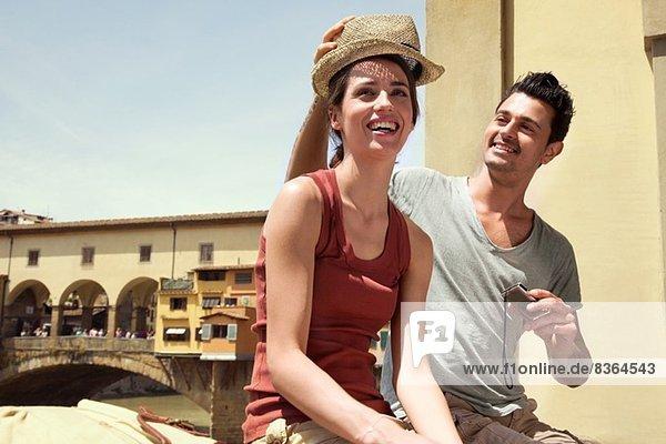 Mann und Frau von Ponte Vecchio  Florenz  Toskana  Italien