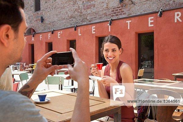 Mann fotografiert Frau vor Café  Florenz  Toskana  Italien