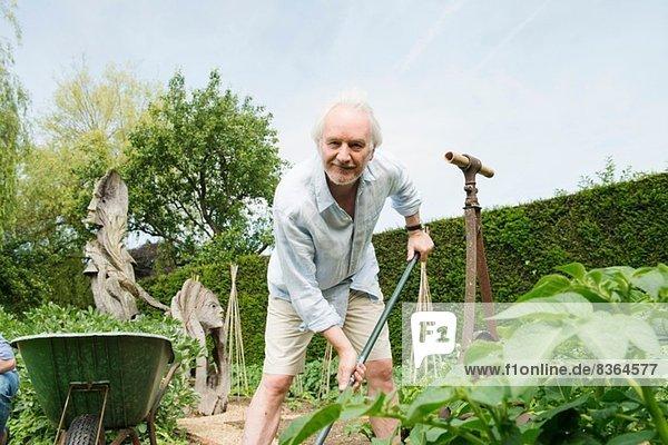 Senior Mann Gartenarbeit