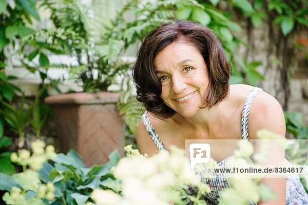 Porträt einer reifen Frau im Garten
