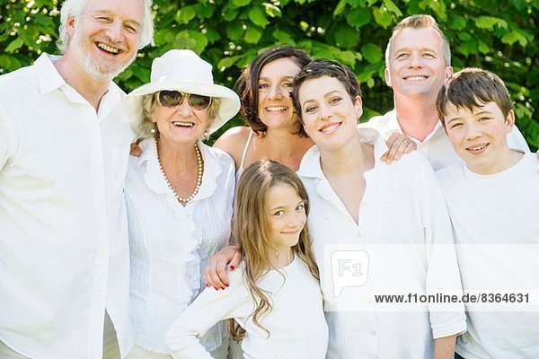 Porträt der Drei-Generationen-Familie