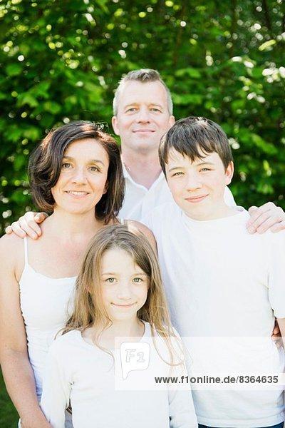 Porträt einer Familie mit zwei Kindern