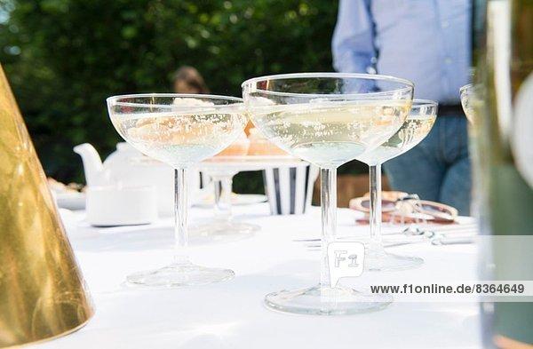 Champagnergläser auf dem Tisch  Nahaufnahme