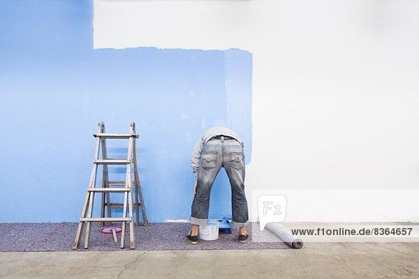 Rückansicht des Mannes Malerei Wand blau