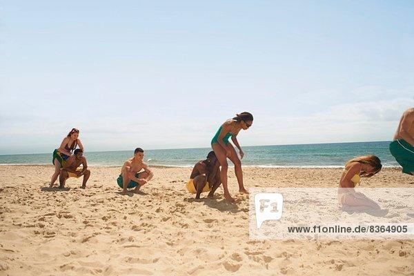 Freunde haben Spaß am Strand