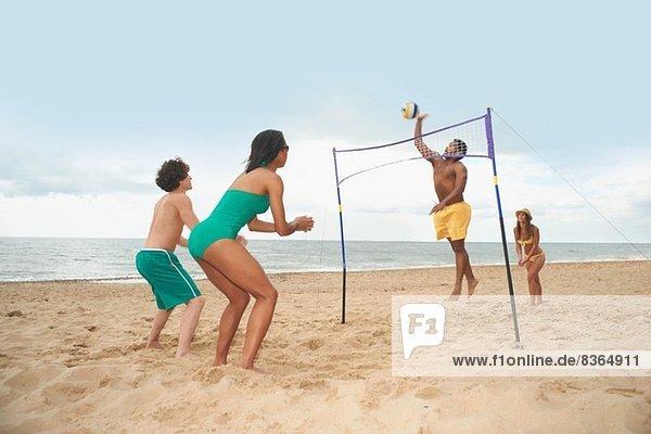 Freunde beim Volleyball am Strand