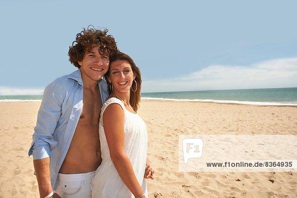Paar posieren für Kamera am Strand