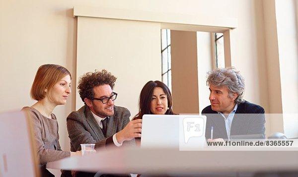 Bürokollegen bei Besprechungen mit dem Laptop