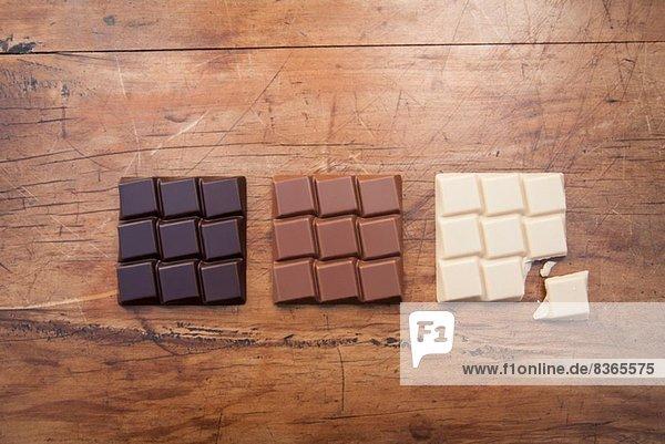 Stilleben mit weißer  dunkler und Milchschokolade