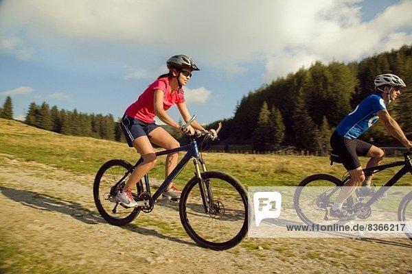 Junge Frau und Mann Mountainbike  Steiermark  Österreich