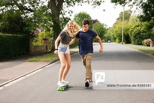 Junges Paar Skateboarden auf der Straße