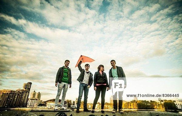 Vier Freunde mit einem Drachenhalter  Russland