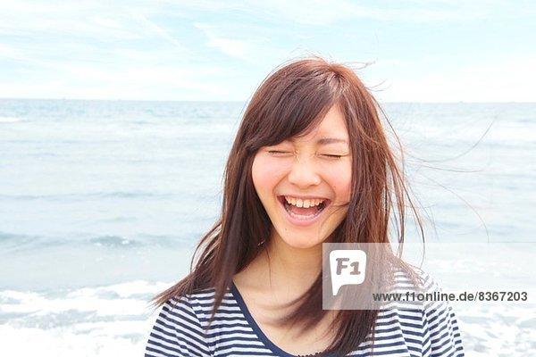 Bildnis einer jungen Frau mit geschlossenen Augen  lachend