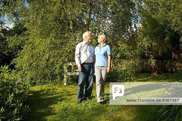 Porträt eines älteren Paares im Garten