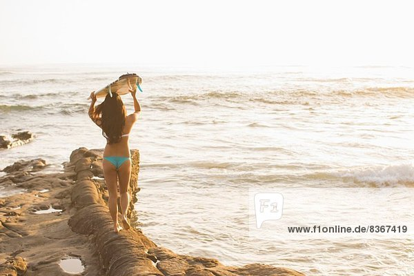 Junge Frau hält Surfbrett  San Diego  Kalifornien  USA