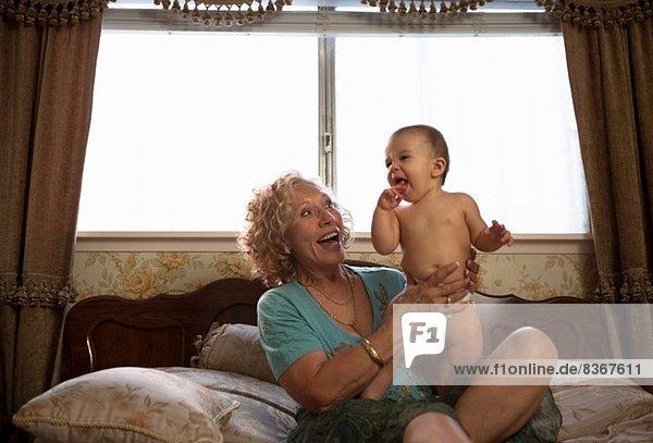 Großmutter mit Baby-Enkelin