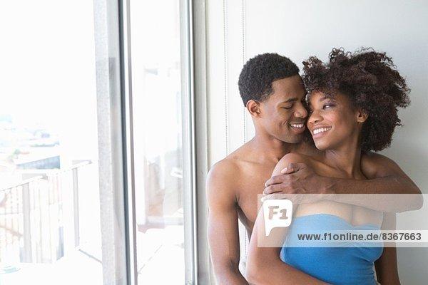Bildnis eines jungen Paares am Fenster  Mann mit Arm um die Frau herum