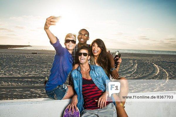 Freunde fotografieren sich selbst  Mission Beach  San Diego  Kalifornien  USA