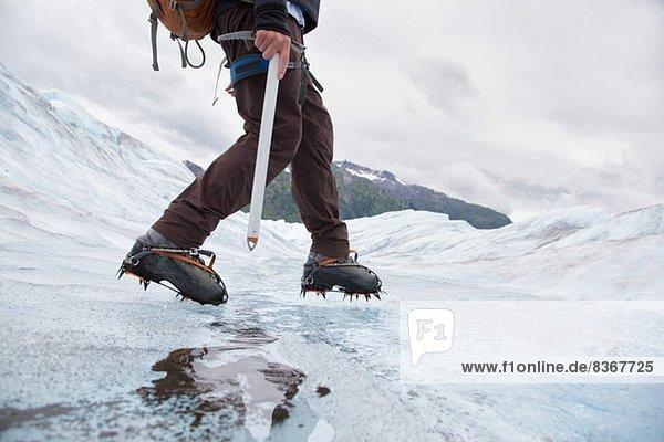 Junger Mann auf dem Mendenhall Glacier  Alaska  USA