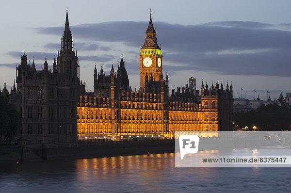 Ein Gebäude Und Clock Tower Entlang Der Wasserrand Beleuchtet An Der Dämmerung London  England