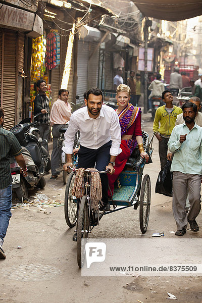 Frau  Mann  fahren  Straße  Passagier  Indien  schmal  Punjab  Rikscha