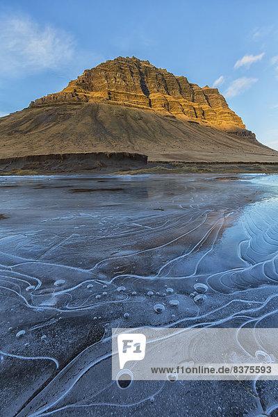Berg Beleuchtung Licht Sonnenaufgang Eis Fokus auf den Vordergrund Fokus auf dem Vordergrund Snaefellsnes gefroren schlagen Island Teich