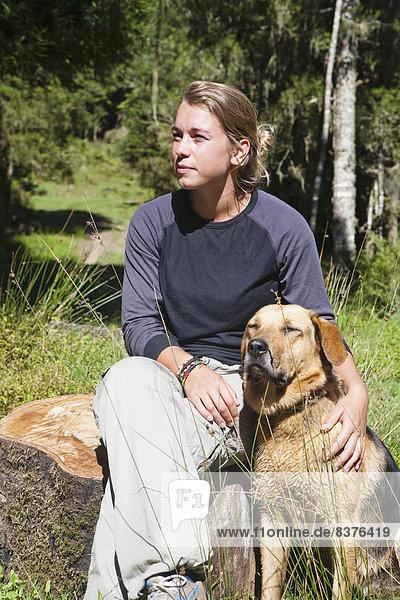 Außenaufnahme sitzend Tag Entspannung Sommer Wärme Hund Lodge Landhaus blau Mädchen Ente