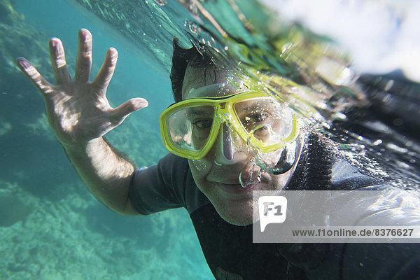 Unterwasseraufnahme  Taucher  grüßen  Honduras