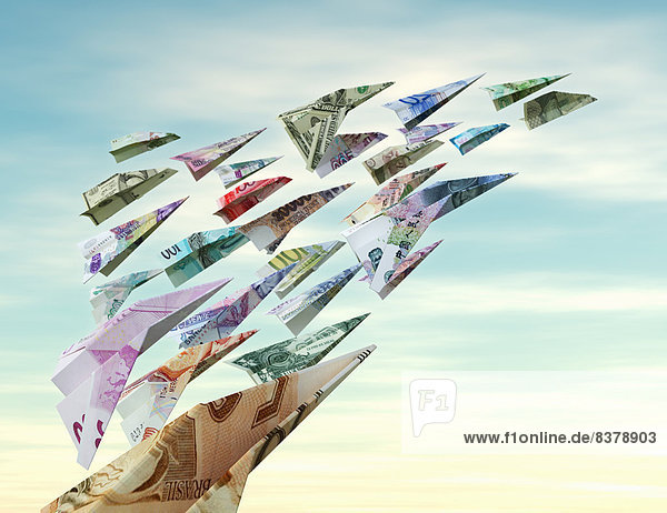 Verschiedene Währungen fliegen als Papierflieger