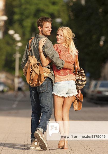 Verliebtes Paar in der Stadt  von hinten