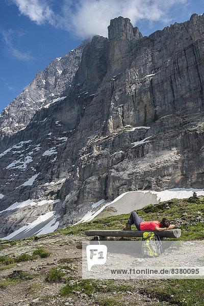 liegend liegen liegt liegendes liegender liegende daliegen folgen Sitzbank Bank wandern Alpen Aletschgletscher UNESCO-Welterbe schweizerisch Kanton Bern