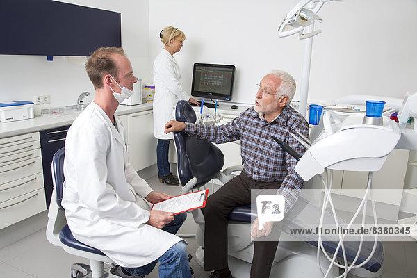 Älterer Mann beim Zahnarzt  Deutschland