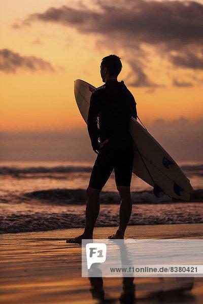 Silhouette eines Surfer im Abendrot  Sanur Beach  Bali  Indonesien