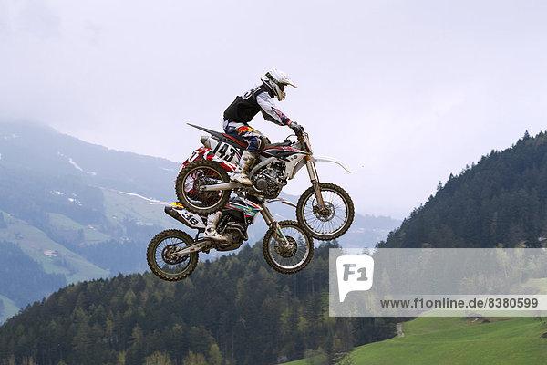 Tandemsprung bei den Tiroler Motocross Meisterschaften  Aschau im Zillertal  Tirol  Österreich