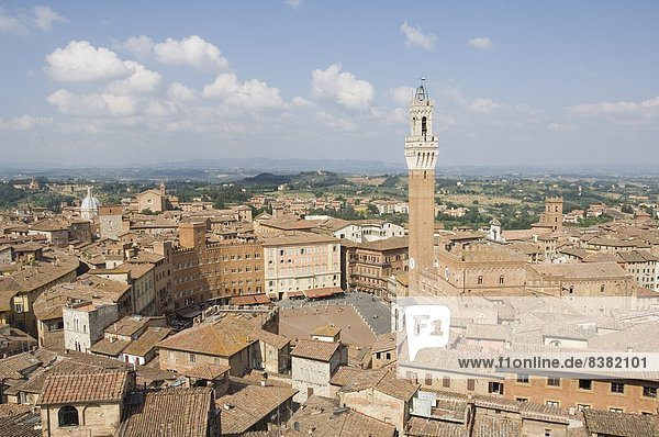 View of the Piazza del Campo and the Palazzo Pubblico with its amazing bell tower  Siena  UNESCO World Heritage Site  Tuscany  Italy  Europe