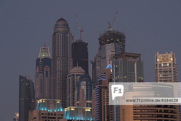 Wolkenkratzer in der Dämmerung  Dubai  Vereinigte Arabische Emirate
